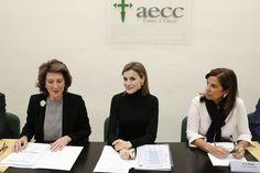 Su Majestad la Reina, junto a la presidenta de la aecc, Isabel Oriol, y la vicepresidenta, Pilar Perote, durante la reunión. Palacio de La Zarzuela. Madrid, 22.01.2016