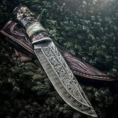 An amazing damascus blade that is a sight of true beauty, once you start looking at those stunning patterns you just can't stop. Credit goes to thanks a lot mate! 🇺🇸 Love guns we'll be sure to check out Damascus Blade, Damascus Knife, Damascus Steel, Bushcraft Knives, Tactical Knives, Swords And Daggers, Knives And Swords, Katana, Armas Ninja