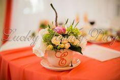 Цветочная композиция в чашечке с инициалами молодых