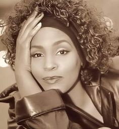 See Whitney Houston pictures, photo shoots, and listen online to the latest music. Whitney Houston Young, Whitney Houston Pictures, Mariah Carey, Female Singers, Great Love, Black Is Beautiful, Beautiful Women, American Singers, Pop Music