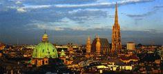 現在のオーストリア首都でハプスブルク家のお膝元として栄えたウィーン。モーツァルトなどが活躍した音楽・芸術の都として有名で、長い間栄え続けてきた歴史ある街です。  バロック建築が多い街ですが、ゴシック建築や中世の趣を残す町並みもあり、歴史の長さを感じられます。 また、オペラ、コンサート、凄腕ぞろいのストリートミュージシャンの演奏を聴いて過ごすことも、老舗のコーヒーハウスでゆったり過ごすこともでき、ヨーロッパの文化を色濃く体感できる街といえます。