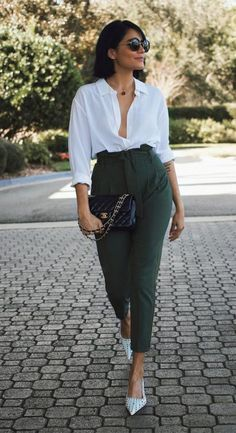 Luce formal sin morir de calor. Te dejamos 10 opciones de outfits perfectos para el calor. #outfits #outfitsformales #oficina #verano #moda #belleza #tendencia Office Outfits Women, Stylish Work Outfits, Business Casual Outfits, Professional Outfits, Mode Outfits, Cute Casual Outfits, Casual Chic, Fashion Outfits, Classy Chic Outfits