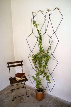 Frédéric Malphettes est né à Saint-Germain-en-Laye en 1979, il vit et travaille à Paris. Après un diplôme en design et architecture d'intérieur à L'Ecole Bleue, il a travaillé dans diverses agences. Au delà de son travail en agence, il développe ses projets personnels comme Anno. Anno est une treille murale Design Floral Moderne, Modern Floral Design, Indoor Garden, Indoor Plants, Hanging Planters, Planter Pots, Moving Plants, Green Design, Jungle Vibes