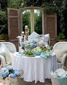 Un jardín de ensueño, refuerza esta idea la puerta con espejo y postigos...