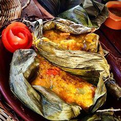 Almoço arretado de bom!  Poqueca da Dona Mariquita/Salvador Bahia. Camarão, Pirão, Licuri, e o charme ficou por conta da folha de bananeira.