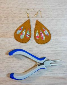 Make these fun Peekaboo Earrings using bright floral fabric, fun faux suede, and your Cricut Maker. Diy Leather Earrings, Fabric Earrings, Fabric Jewelry, Diy Earrings, Leather Jewelry, Leather Craft, Cricut Creations, Leather Projects, Minimalist Earrings