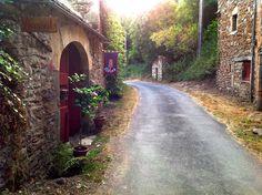 Op een heel mooi plekje in Zuid-Frankrijk, in één van de rustigste departementen van het land, aan de oevers van de rivier de Aveyron, ligt Fans... Land, Glamping, Family Travel, Sidewalk, Country Roads, Holiday Ideas, Trips, Traveling, Holidays