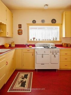 Perfect 1940s Kitchen Cabinet Styles | 1940s kitchen, Kitchens and 1940s on Pinterest   The post  1940s Kitchen Cabinet Styles | 1940s kitchen, Kitchens and 1940s on Pinterest…  appeared first .. 1940s Kitchen, Vintage Kitchen Cabinets, Retro Kitchen Decor, Retro Home Decor, Kitchen Styling, Kitchen Ideas, 1940s Decor, Red Cabinets, Kitchen Designs