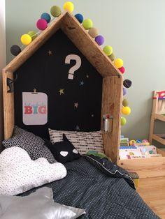 Cabane en bois tête de lit JoliTipi House Beds For Kids, Kid Beds, Montessori Bed, Toy Shelves, Diy Headboards, Big Girl Rooms, Baby Room Decor, Kidsroom, Kids And Parenting