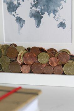 Spardose für den Urlaub mit Weltkarte und Geld