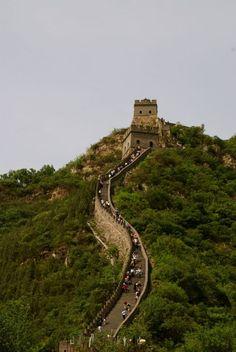 Muralha da China - Símbolo do isolamento histórico da China e de sua noção de vulnerabilidade, a Grande Muralha serpenteia por desertos, colinas e planícies por milhares de quilômetros.