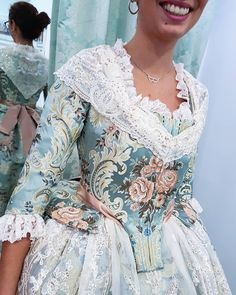 Verde almendra 💚 #eduardocerveraindumentaria #eduardocervera #indumentariavalenciana #indumentariatradicional #indumentariafallera… 18th Century Clothing, 18th Century Fashion, Vintage Gowns, Vintage Outfits, Costume Venitien, Fantasy Dress, Period Outfit, Sweetheart Dress, Lovely Dresses