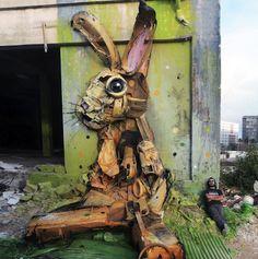 """Una de las frases de Sex And The City rezaba que """"la basura de unos, es el tesoro de otros"""" y precisamente los desechos y chatarra se han convertido en el material básico para que el Arturo Bordalo II cree arte 3D en Portugal."""