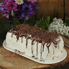 Selamun aleykum dostlar Yapılabilecek en kolay pastalardan biri. Kakaolu yerine sade bisküvi de kullanılabilir. Bisküviler dik değil yatay olarak da dizilebilir.  Bisküvili Çizgili Pasta  Malzemeler  Tekli 2 paket kakaolu bisküvi (Pötibör de olur, kare bisküvilerden de olur)  Krema Malzemeleri  3 su bardağı süt 2.5 yemek kaşığı un 1 yemek kaşığı nişasta 4 yemek kaşığı şeker 1 tatlı kaşığı vanilya 1 poşet krem şanti Bisküvileri ıslatmak için: 1 su bardağı soğuk süt  Nasıl Yapılır?  Süt, un…