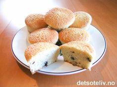 """""""Kardemommemuffins"""" er nydelige og luftige muffins, som er svært enkle å lage. Oppskriften stod en gang på baksiden av en gammel, dansk kardemommepakke. Muffinsene smaker nesten litt som rosinboller, bare at de er mye lettere i konsistensen. Oppskriften gir 20 deilige muffins."""
