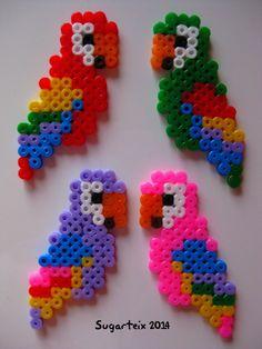 Loros en hama midid disponbles como broche e imanes. Si te gusta puedes adquirirlo en nuestra tienda on-line: http://www.mistertrufa.net/sugarshop/ Ver más en: http://mistertrufa.net/librecreacion/groups/hama-beads/