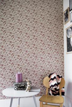Originalt Retro Tapet Smukt tapet med blomster og fugle Bredde: 52 cm OBS! Fås både pr meter (100 DKK) og som hele ruller (500 DKK). Vælg venligst type. Varenr. br0114 E5