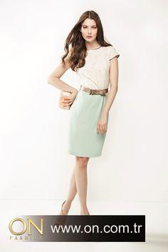 2013 yılının trendleri kemerli elbiseler, bu sezona yepyeni bir soluk getirecek gibi görünüyor. Fiyonk detayları ile hareketlendirilen elbiseler, dantel bedeni ve renkli etek kısımları ile romantik ve zarif duruşunuzun tamamlayıcısı olacak.       http://on.com.tr/tr/urunler/elbise/fiyonklu-dantel-elbise