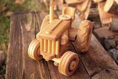 Ce tracteur en bois de la grande ferme de forme traditionnelle est prêt pour le travail. Il fera un enfant heureux. Le volant tourne les roues avant. Il est en bois de bouleau et fini avec huile de lin.  Mesures 12 x 16 x 24 cm  Pour les enfants, âge recommandé: 3 ans +