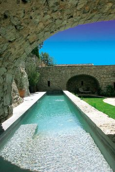 Grande piscine étroite couloir de nage semi enterrée en pierres. Réalisation Diffazur Piscines. #couloir #nage #piscine Photos, Outdoor Decor, Design, Home Decor, Pool Photo, Rectangular Pool, Big Pools, How To Build, Stones