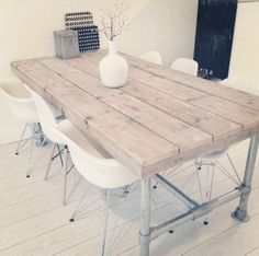 Steigerhouten tafel met Eames mix and match stoelen én buizen poten > perfection!