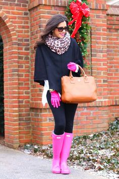 If you're looking for a relaxed but also totaly stylish ensemble, wear a black cape coat with black leggings. A pair of hot pink rain boots instantly turns up the cool of this outfit. Pink Hunter Boots, Pink Rain Boots, Rainboots Hunter, Looks Street Style, Looks Style, My Style, Image Fashion, Look Fashion, Womens Fashion