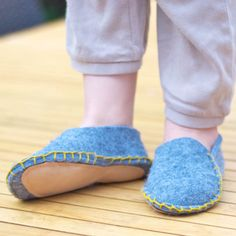 DIY Hauspuschen for boys (and girls) Felt Baby Shoes, Make Tutorial, Cool Kids, Kids Diy, Crochet, Boy Or Girl, Espadrilles, How To Make, How To Wear