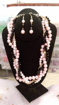 cadena y perlas color rosa.
