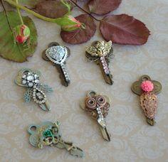 Creativity with old keys. Being Wisdom Key Jewelry, Jewelry Crafts, Jewelry Art, Jewlery, Jewelry Design, Jewelry Making, Large Key Rings, Key Crafts, November Challenge