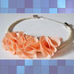 Soal Kita kali ini mau ngajak kamu buat ikut bikin kalung bunga dari kain perca dengan bahan-bahan yang ada di rumah!