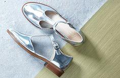 Silberne Damenschuhe mit T-Steg und 2,5 cm Mini-Absatz, Clarks Taylor Palm, 79,95 Euro: http://www.clarks.de/p/26112051