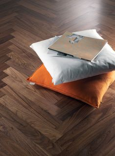 פרקט פישבון אגוז עץ טבעי של חברת בואן BOEN Herringbone Pattern, Bed Pillows, Pillow Cases, Colours, Flooring, Interior Design, Inspiration, Home, Blog