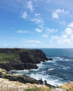On a exploré la côte sud de l'île cet après-midi... Le trou de l'enfer et sa côte sauvage sont à couper le souffle  #wbzh #groix #iledegroix #troudelenfer #miamorbihan #falaise #cotesauvage #exploremore #wildlife #naturelover