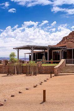 Greenfire Desert Lodge is 'n gerieflike lodge in 'n privaat wildernisreservaat van 20 000 hektaar langs die Namibrand Natuurreservaat in die suide van Namibië. Die lodge is 150 km suid van Sossusvlei en is die ideale blyplek vir gaste wat toer of kleiner groepe. Die Desert Lodge bied unieke wildkykgeleenthede en gerieflike verblyf terwyl dit 'n lekker oorstopplek tussen Sossusvlei se duine en besienswaardighede soos die Visriviercanyon en Lüderitz in die suide is. Deserts, Van, Mansions, House Styles, Home Decor, Decoration Home, Manor Houses, Room Decor, Villas