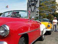 Kuba, Hawana. Stare samochody są takim samym wizerunkiem kraju jak cygara i rum