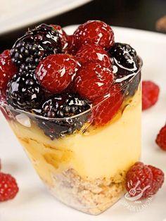 I Bicchierini allo zabaione con frutti di bosco sono perfetti come fine pasto per una cenetta romantica o per San Valentino! #zabaioneefruttidibosco