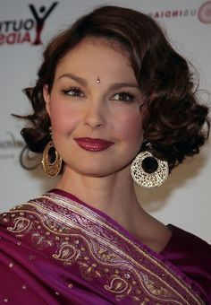 Ashley Judd Short Finger Wave Hairstyle for Round Faces