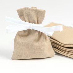 Enfin un petit cadeau d'invité original et soyeux ! Ces ravissants petits pochons en lin au coloris naturel, sont prêts à accueillir tout type de gourmandises : dragées, bonbons, friandises.    A poser près de chaque assiette, ce petit pochon sera le cadeau d'invité idéal.   Vous pouvez également les remplir de lavande et les offrir à vos convives lors d'un mariage.    N'hésitez pas à mélanger les coloris.