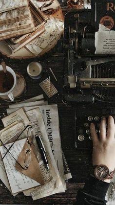 Kunstjournal Inspiration, Living In London, Images Esthétiques, Photo Vintage, Slytherin Aesthetic, Brown Aesthetic, Aesthetic Vintage, Aesthetic Pictures, Aesthetic Wallpapers
