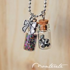Collar botellitas de cristal multicolores Bottle Charms, Bottle Necklace, Dog Tag Necklace, Glass Bottles With Corks, Bottles And Jars, Wire Wrapped Pendant, Resin Crafts, Pendant Jewelry, Crystal Healing