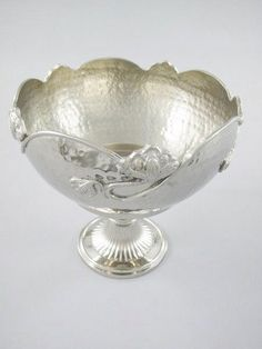Hochwertig schöne Schale in einem silber Farbton,diese tolle Schale ist aus vernickelten Aluminium gefertigt.