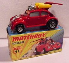 """El Flying Bug, modelo 11b de la serie Superfast de Matchbox se comienza a fabricar en Inglaterra en 1972. Es una variedad del conocido Escarabajo de Volkswagen realizado a escala 1:59. Se vendía en cajas del tipo """"I"""" y apareció en los catálogos de 1972 a 1976."""