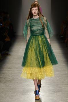 Rochas Spring 2017 Ready-to-Wear Collection Photos - Vogue Paris Fashion Week, Fashion 2017, Runway Fashion, High Fashion, Fashion Show, Fashion Details, Fashion Design, Estilo Retro, Mode Chic