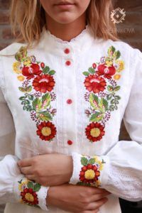 So pretty & tradditional. Could it be too tradditional? Something to consider. Folk Embroidery, Embroidery Fashion, Hand Embroidery Designs, Embroidery Dress, Cross Stitch Embroidery, Embroidery Patterns, Kurta Designs, Blouse Designs, Chemises Country