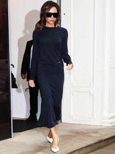 Victoria Beckham im blauen Langarmkleid in London.