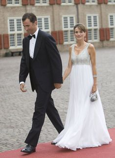 Prince Felipe and Princess Letizia of Spain arrive to attend celebrations marking the birthday of Dutch Crown Prince Willem Alexander at the Loo Palace on September 2007 in Apeldoorn, The Netherlands. Princess Of Spain, Royal Princess, Spanish Royalty, Royal Clothing, 40th Birthday Parties, Queen Letizia, Royal Weddings, Classic Outfits, Royal Fashion