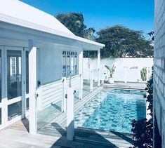All the signs of summer in the winter. It's been so tempting to go for a Sunday dip in the pool. Backyard Studio, Backyard Pool Designs, Backyard Garden Design, Pool Landscaping, Indoor Outdoor Living, Outdoor Pool, Swimming Pool Enclosures, Florida Pool, Tropical Houses