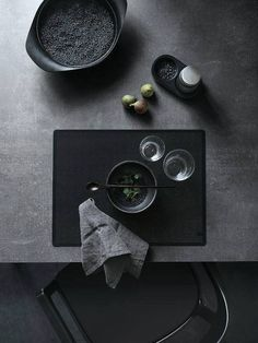 When, like me, you love a good dose of black accessories at home I guess you will be really happy seeing these pictures. Vipp has designed a placemat to complete a table setting. As an alternative to Decoration Inspiration, Color Inspiration, Black Food, Black Table, Prop Styling, Decoration Table, Color Trends, Fine Dining, Dining Area