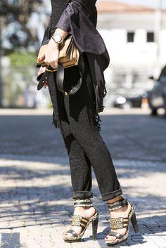 E mais um Fashion Week começa! Iupi! Semana de muita moda, tendências, muito conteúdo, muitos eventos e claro, looks! Começando com o que estou usando agora mesmo para esse primeiro dia. Escolhi usar peças da nova coleção da Carol Bassi, uma calça com corte de alfaiataria e um body ambos de lurex e também um …