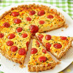 Hartige taart met kaas en tomaatjes